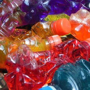 Installation Plastikflaschen/Farbpigmente, 2014
