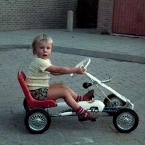 La voiture a rétrécie et le garçon a grandi! Il atteint les pédales!