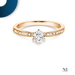 Exklusiver Verlobungsring. Eine Vielzahl an Diamanten unterstreicht die Leuchtkraft des Mittelsteines. Je nach Wunsch in Weiß-, Gelb- oder Roségold sowie Platin erhältlich | N°1 Diamonds