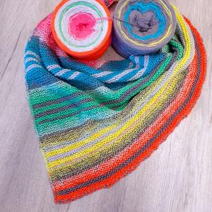 """Leuchtturm-Tuch """"Don't worry""""  / Farbzusammenstellung sowie Tuch gestrickt und fotografiert von Anja Philipp-Stiebert."""