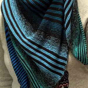 """Leuchtturm-Tuch """"After Eight"""" / Farbzusammenstellung sowie Tuch gestrickt und fotografiert von Michaela Claußen"""