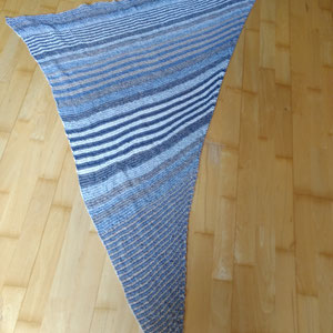 """Leuchtturm-Tuch """"Denim Basic"""" 3-fädig 750m / Tuch gestrickt und fotografiert von Elfi Heumesser"""