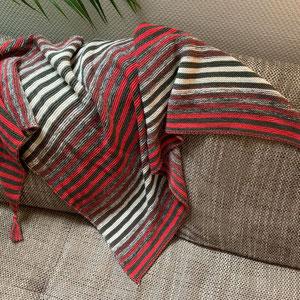 Khaki meets hummer & creme / Tuch gestrickt und fotografiert von Claudia Münsterberg