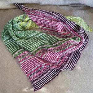 Purpurbeere. Tuch gestrickt und fotografiert von Bianca Romer.
