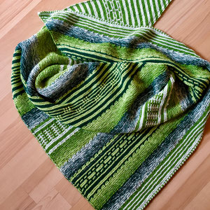 Grüne Cordula / Farbzusammenstellung sowie Tuch gestrickt und fotografiert von Simone Dittmer.