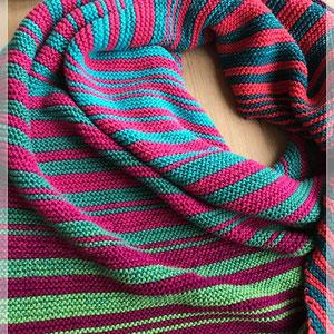 Kolibri / Farbzusammenstellung sowie Tuch gestrickt und fotografiert von Annegret Germer