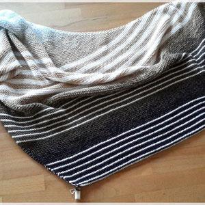"""Tuch aus """"Nordseeküste"""" mit weißen Streifen / gestrickt und fotografiert von Silke Schröter"""