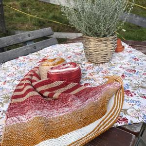 Alp-Leuchti / Farbzusammenstellung sowie Tuch gestrickt und fotografiert von Annegret Germer