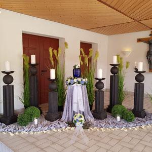 Aufbahrungsdekoration zur Urnenbeisetzung mit Leuchtersäulen, Rispengräsern, Windlichter und Buchsbaumkugeln ohne Hintergrundbanner