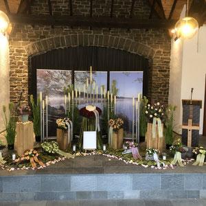 """Trauerdekoration zur Urnenbeisetzung mit Edelstahlleuchtern, Rispengräsern und Motivbannern """"Dreifelder Weiher"""""""