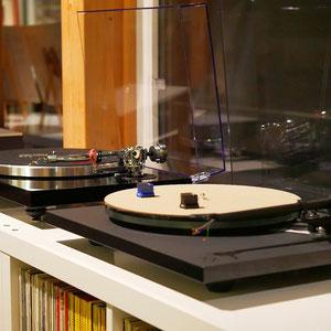 Plattenspieler in Klein und Groß vermitteln das charmante analoge Gefühl berührender Musik.