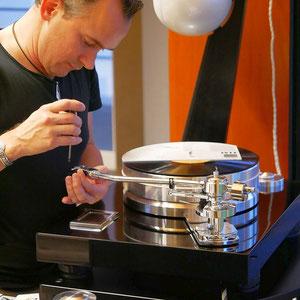 Die optimale Plattenspieler Justage ist wichtig, damit die Plattenrille sauber abgetastet wird.