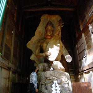 高さは、立像で7m・座像で3メートル余りある。とのこと・・・