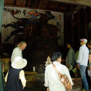 斜面に背の高い木造の建物(この地方の米倉)が5棟あり、その中に七福神が入っていた。