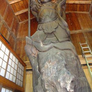 二人の仏師が樹齢700年から1000年ほどの巨木に七福神を彫刻しました。