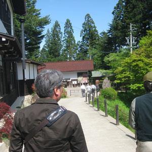 次の目的地、千光寺へ。奥に見えるのが寺宝館。
