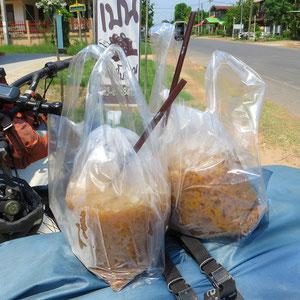 Eiskaffee made in Thailand: Kaffeepulver, Kondensmilch, Zucker und viel, viel Eis. Serviert im Plastiksack.