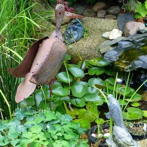 Metall-Kranich am Teich