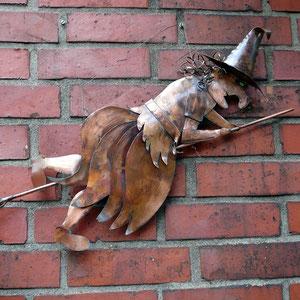 Kupfer-Hexe an der Hauswand