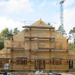Rundbohlenhaus mit Montage