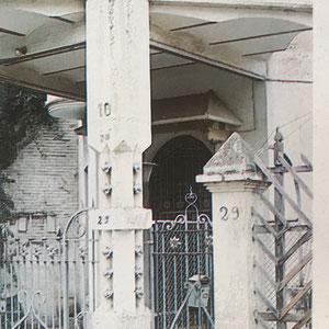 Torre Serra Xaus. Detall de la doble porta d'accés, avui desapareguda. 1987. Fotografia: Xavier Miserachs.