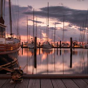 Steg am Wasser mit Schiffen