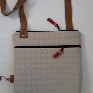 14. gebroken wit ( b. 30 cm x h. 33 cm. )  1 schouderband verstelbaar tot 120 cm.    € 68,00