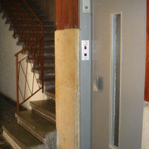 Cage d'escalier et ascenseur