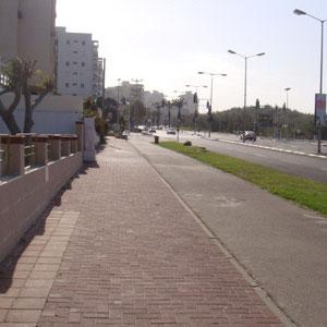 allée gauche, la synagogue est à 50m sur ce Bld