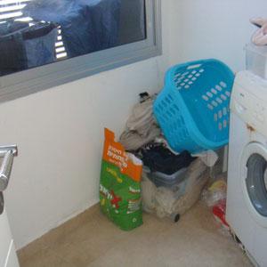 Buanderie avec lave linge et étendoire