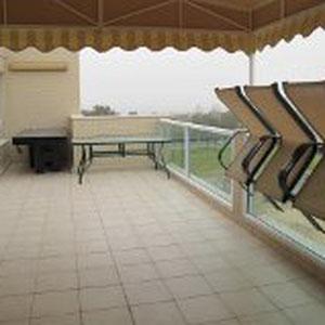 Terrasse avec table de ping pong