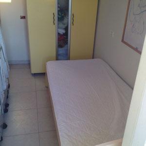 chambre avec un lit simple
