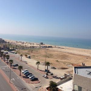 sur la côte, la plage à pieds