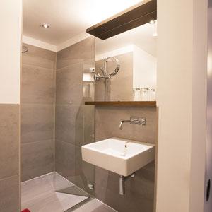 Bad im Doppel und Mehrbettzimmer