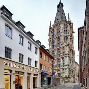 Stern am Rathaus mit Rathausturm