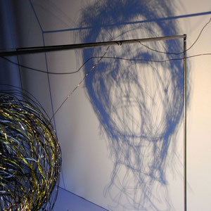 """ARC EN LUNE Fabienne Quenard - Portrait fil de fer David Bowie 3D """"Heroes"""" 50x50cm jeu d'ombres"""