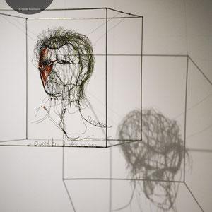 """ARC EN LUNE Fabienne Quenard - Portrait fil de fer David Bowie 3D """"Heroes"""" jeu d'ombres 50x50cm"""