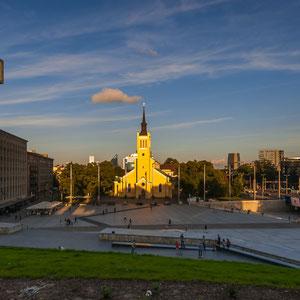 Die Jaani kirik (St. Johanniskirche) auf dem Freiheitsplatz mit dem Unabhängigkeitsdenkmal auf dem Harju-Berg