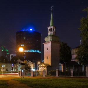 Diese kleine russisch-orthodoxe Kirche ist der älteste Holzbau in Tallinn, dahinter ein modernes Hochhaus