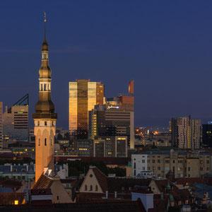 Blick von der Kohtuotsa Aussichtsplattform auf die mittelalterliche Altstadt mit dem modernen Stadtteil im Hintergrund