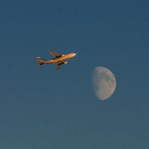 Startendes Flugzeug vom Tallinner Flughafen Lennart Meri