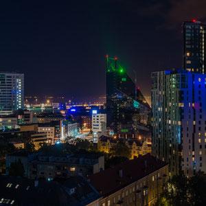 Blick auf die modernen Hochhäuser Tallinns und den Hafen.