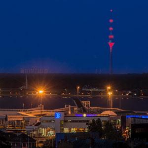 Blick über den Fährhafen auf dem Tallinner Fernsehturm