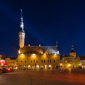 ...der Platz ist umgeben von detailreichen Kaufmannshäusern mit zahlreichen Restaurants.