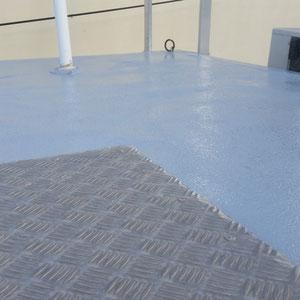 Plan rapproché d'un revêtement polyester antidérapant sur un toit en fibre de verre.