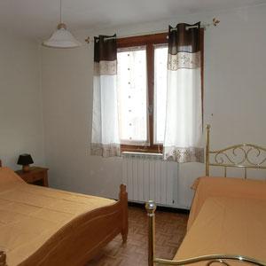Lou Filadour - Location appartement de vacances à Jausiers - Appartement Le Marinet - Chambre 2 lits - 3 personnes