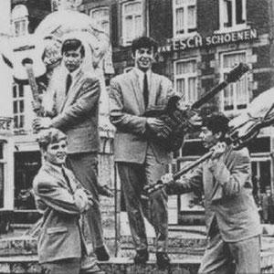 Op bas - Jan Aarts; Ronnie Baeten; René Rosier;  Op drums - Frans Theunisz; Joke Costongs; René Schmidt; Jean Gilissen(+