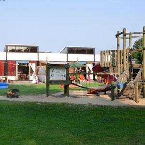 Großer Spielplatz vor dem Restaurant