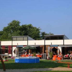 Das Restaurant (nur saisonal betreben) mit Spielplatz