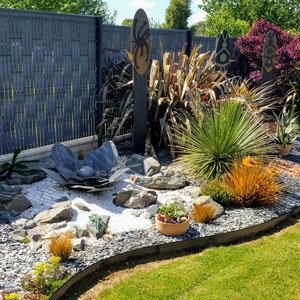 Création extérieure- Totem en pierre et fleur en ardoise au sol